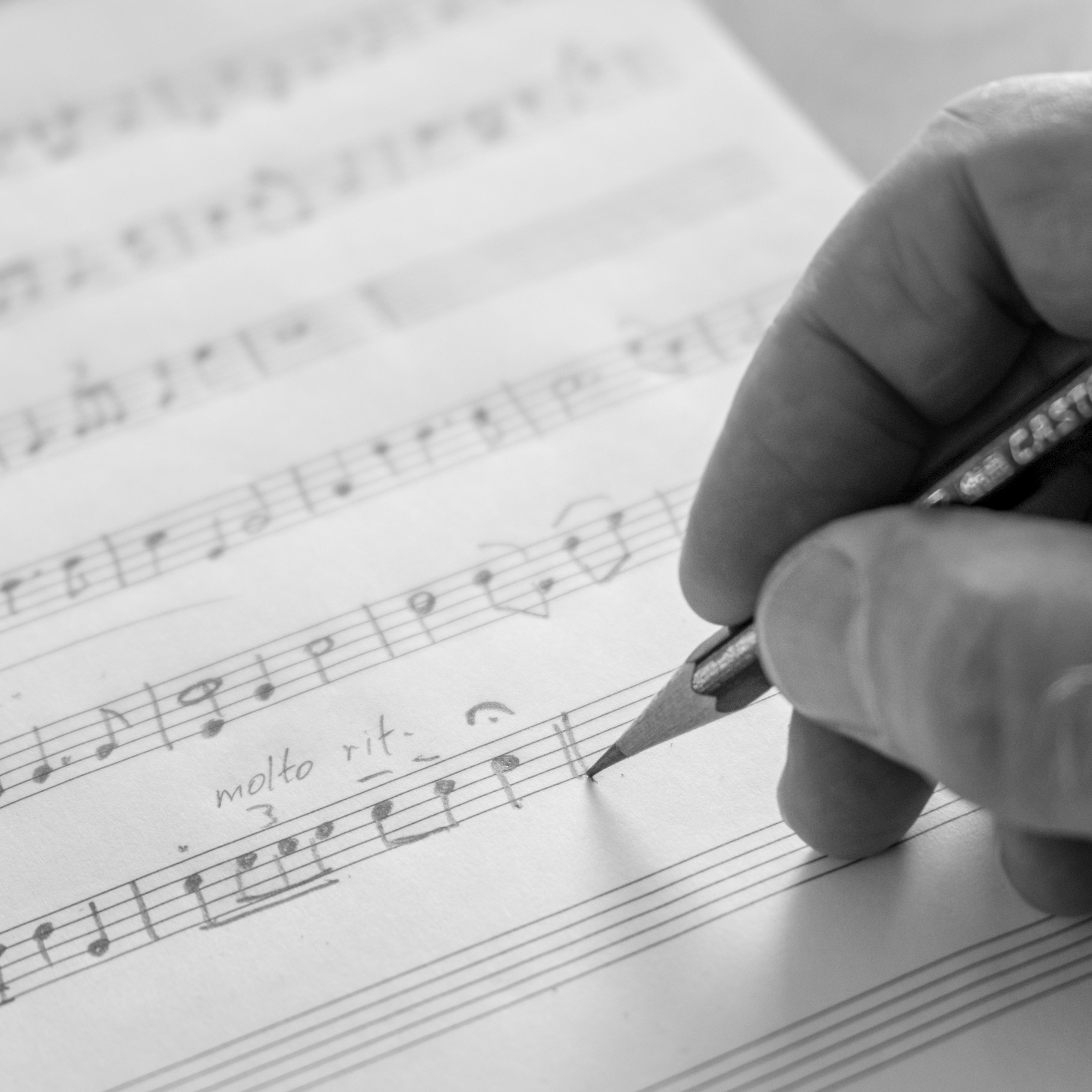 Neue Musikstücke werden zunächst von Hand auf Papier gebracht